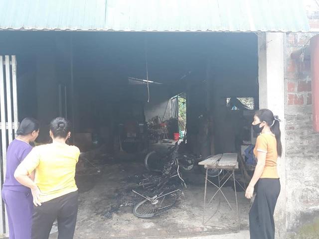 Một gia đình ở Hà Tĩnh nghi bị kẻ xấu ném bom xăng vào nhà - Ảnh 2.