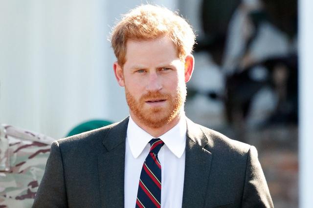 Cuối cùng Hoàng tử Harry đã có hành động để bảo vệ Nữ hoàng và hoàng gia Anh không cho Meghan Markle lấn lướt - Ảnh 3.