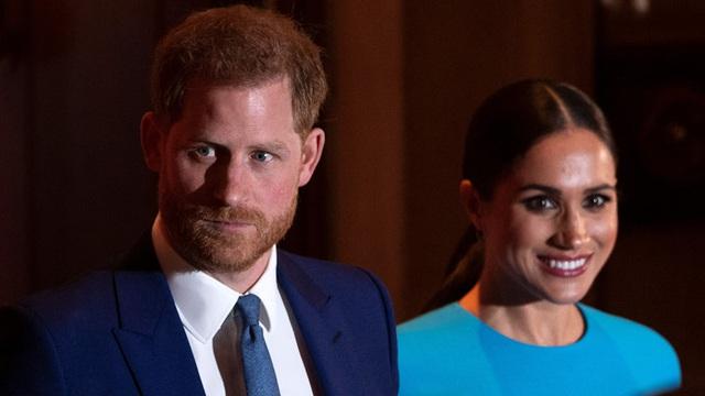 Cuối cùng Hoàng tử Harry đã có hành động để bảo vệ Nữ hoàng và hoàng gia Anh không cho Meghan Markle lấn lướt - Ảnh 2.