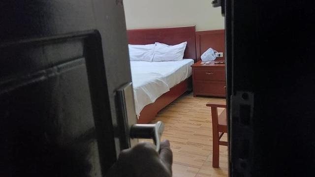 Giám đốc khách sạn bị bắt quả tang ngoại tình, cố hàn gắn gia đình trong dịch COVID-19 - Ảnh 1.
