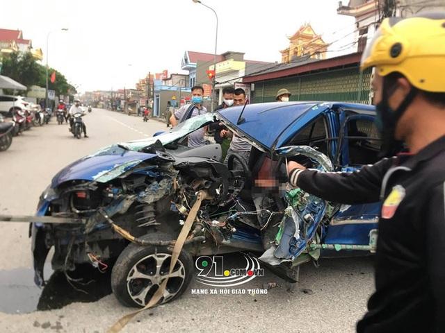 Ô tô con tông lật xe 3 bánh chở sắt, nhiều người bị thương nặng, hiện trường vụ tai nạn khiến nhiều người ám ảnh - Ảnh 1.