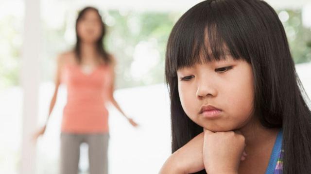 Thấy con gái khóc thét trong phòng ngủ, mẹ chạy vội vào xem thì tá hỏa bởi sự bất cẩn của người bố - Ảnh 1.