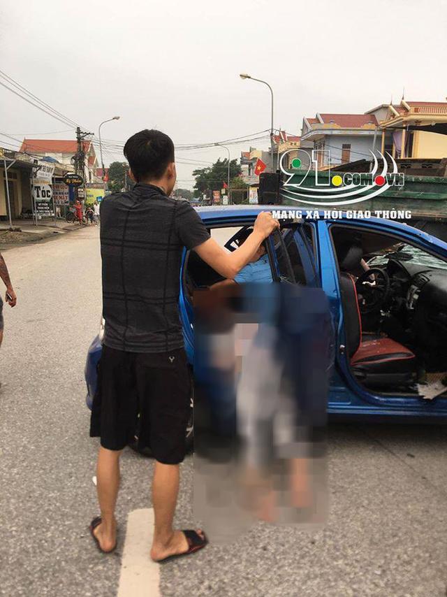 Ô tô con tông lật xe 3 bánh chở sắt, nhiều người bị thương nặng, hiện trường vụ tai nạn khiến nhiều người ám ảnh - Ảnh 4.
