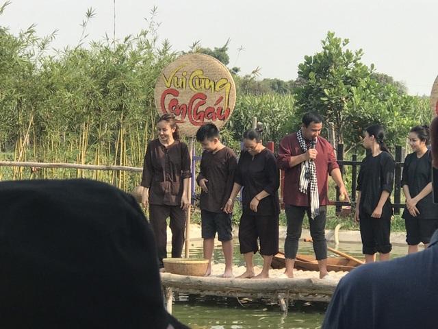 MC Quyền Linh đi dép tổ ong dẫn show thực tế mới - Ảnh 2.