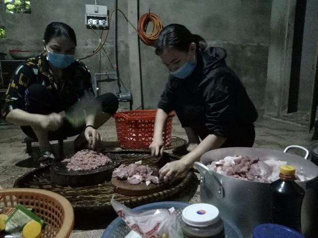 Vợ lãnh đạo xã nấu 120 suất cơm tặng người cách ly - Ảnh 2.