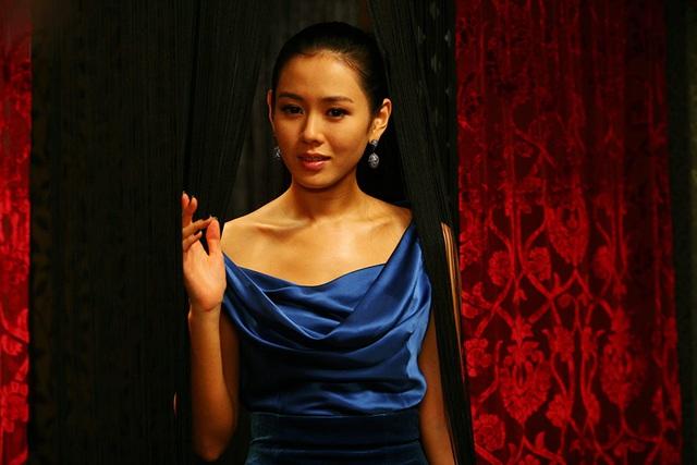 Quen với hình tượng trong veo thánh thiện của Son Ye Jin, ít ai biết cô từng thử style bà trùm hắc ám mà vẫn nuột cực kỳ - Ảnh 7.