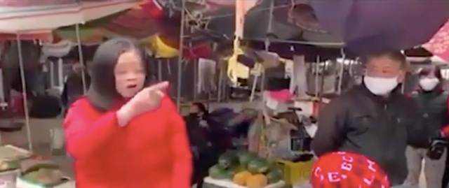 Vào chợ không đeo khẩu trang, bị nhắc nhở, người phụ nữ liên tục chửi bới, chỉ tay thách thức: Đừng có xía mõm vào - Ảnh 4.
