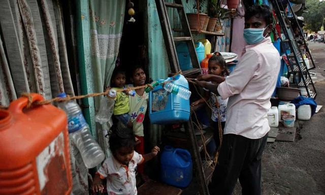 Quả bom hẹn giờ khiến Ấn Độ có nguy cơ vỡ trận vì Covid-19: Khu ổ chuột lớn nhất châu Á với hơn 1 triệu dân, 80 người phải chung nhau một nhà vệ sinh - Ảnh 7.