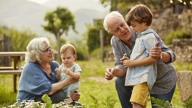 5 lợi ích của việc cho trẻ gần gũi ông bà - Ảnh 1.