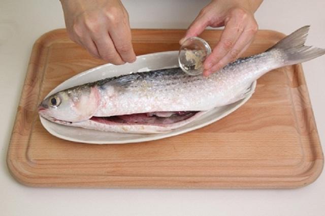 Thêm 1 thìa chất lỏng này khi rửa, cá biển dù tanh đến đâu cũng hoàn toàn biến mất - Ảnh 4.