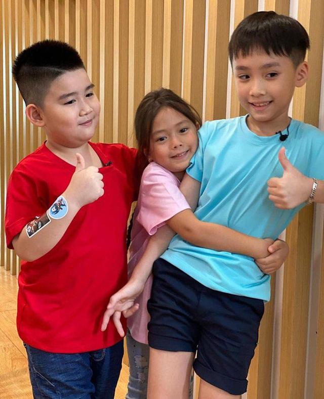 Con trai Thu Trang - Tiến Luật nhắc tên con gái Đoan Trang, lại còn e thẹn cực đáng yêu  - Ảnh 2.