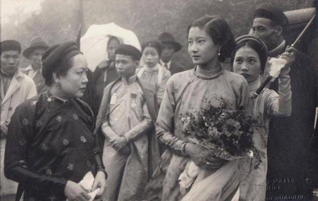 Hòa Minzy bị chê khi hoá thân Nam Phương Hoàng hậu - Ảnh 7.