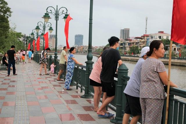 Hải Phòng: Người dân kéo về sông Tam Bạc ngắm thiên nga  - Ảnh 2.