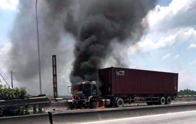 Hải Dương: Đang lưu thông trên đường, xe container bất ngờ bốc cháy dữ dội - Ảnh 2.