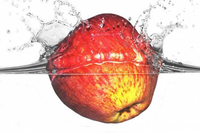 Làm sạch chai, lọ thủy tinh có cổ chai nhỏ bằng thứ nguyên liệu rẻ tiền trong bếp - Ảnh 9.