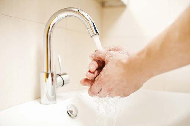 Làm sạch chai, lọ thủy tinh có cổ chai nhỏ bằng thứ nguyên liệu rẻ tiền trong bếp - Ảnh 12.