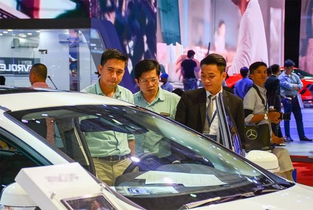 Được giảm phí trước bạ, ô tô nội cắt khuyến mãi, tăng giá - Ảnh 2.