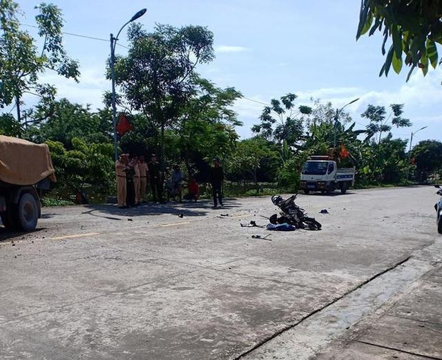 Ninh Bình: 2 học sinh đi xe máy chết thảm sau va chạm với xe tải  - Ảnh 1.