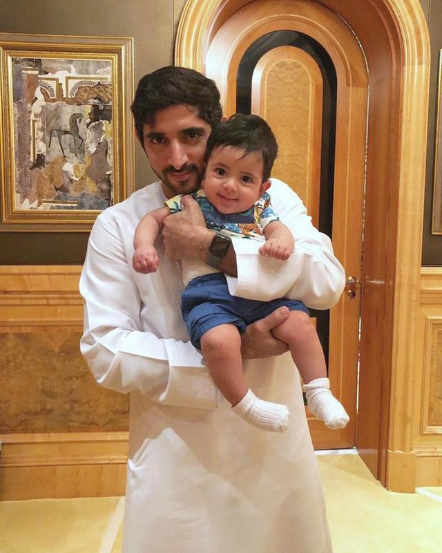 Thái tử đẹp nhất Dubai dính nghi án đã có con khi chia sẻ tấm hình bế một bé trai kháu khỉnh gây sốt cộng đồng mạng - Ảnh 2.