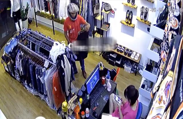 Người đàn ông có hành vi biến thái ngay trong tiệm bán quần áo khiến nhiều người phẫn nộ - Ảnh 1.