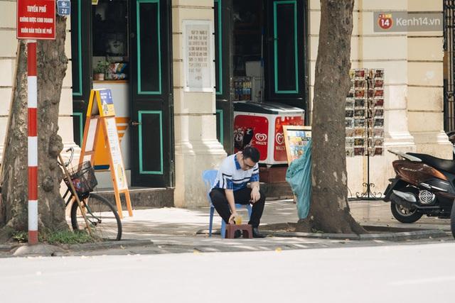 Nhiệt độ ngoài đường tại Hà Nội lên tới 50 độ C, người dân trùm khăn áo kín mít di chuyển trên phố - Ảnh 15.