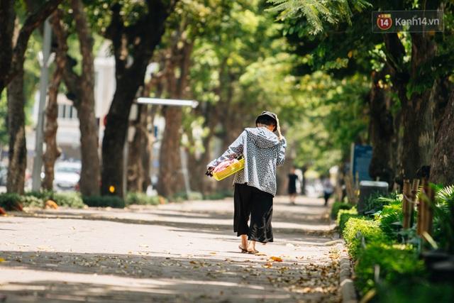 Nhiệt độ ngoài đường tại Hà Nội lên tới 50 độ C, người dân trùm khăn áo kín mít di chuyển trên phố - Ảnh 8.