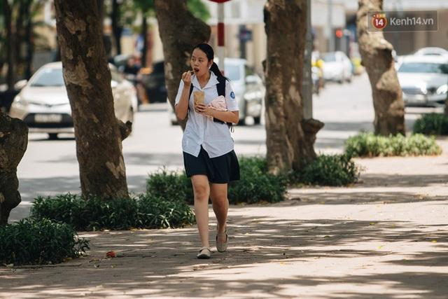 Nhiệt độ ngoài đường tại Hà Nội lên tới 50 độ C, người dân trùm khăn áo kín mít di chuyển trên phố - Ảnh 9.