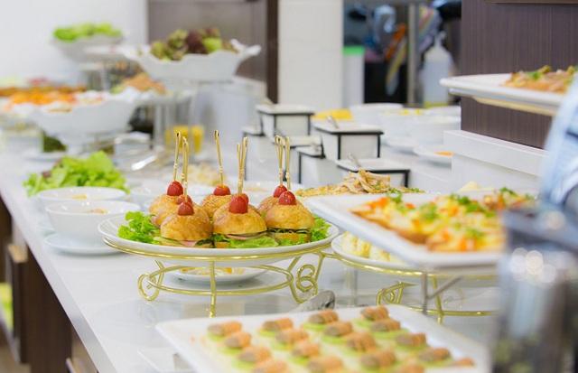 Lý do các khách sạn thường phục vụ bữa sáng miễn phí cho khách sẽ khiến bạn bất ngờ - Ảnh 2.