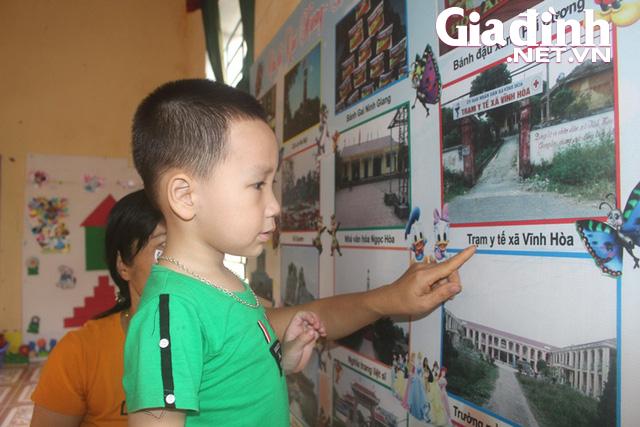 Kỳ lạ bé trai 3 tuổi ở Hải Dương biết đọc cả chữ tiếng Việt và chữ tiếng Anh - Ảnh 2.