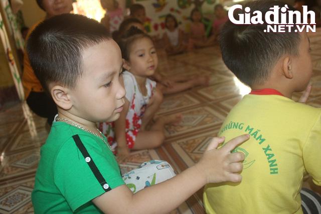 Kỳ lạ bé trai 3 tuổi ở Hải Dương biết đọc cả chữ tiếng Việt và chữ tiếng Anh - Ảnh 4.