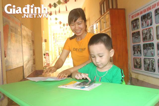 Kỳ lạ bé trai 3 tuổi ở Hải Dương biết đọc cả chữ tiếng Việt và chữ tiếng Anh - Ảnh 5.