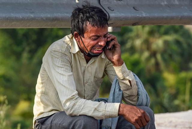 Bức ảnh người cha Ấn Độ bật khóc bên đường gây xúc động khắp thế giới - Ảnh 1.