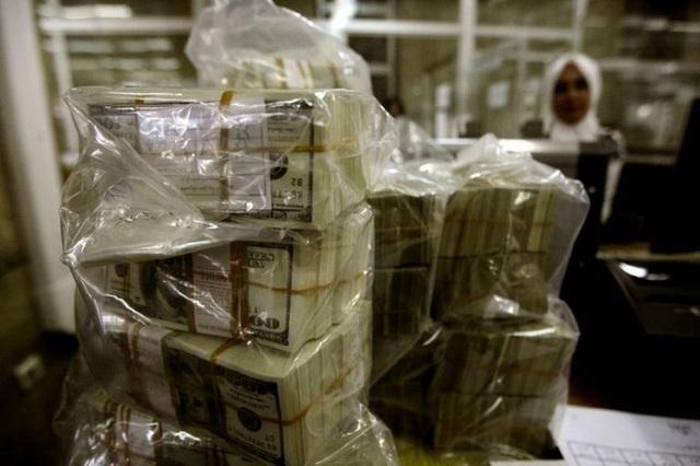 Một gia đình trả lại một triệu USD nhặt được trên đường - Ảnh 1.