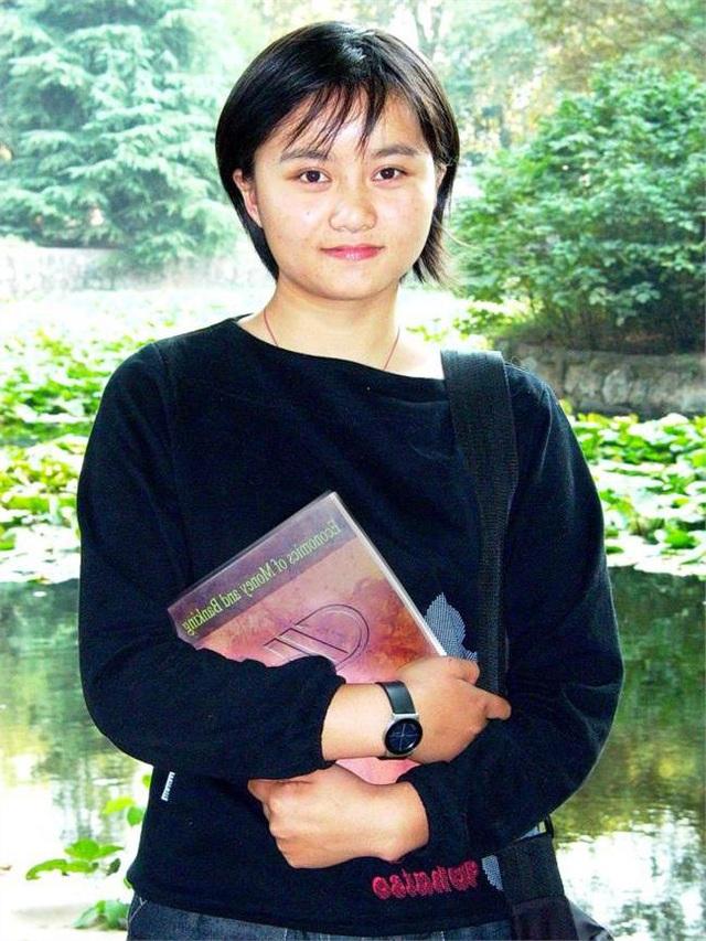 Hình ảnh cô bé nghèo có đôi mắt to từng lay động trái tim người Trung Quốc, 26 năm sau định mệnh thay đổi cuộc đời cô vì bức ảnh này - Ảnh 3.