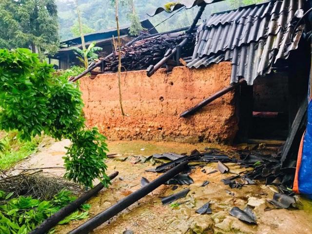 Lào Cai mưa to, dông lốc gây nhiều thiệt hại về nhà ở và hoa màu - Ảnh 2.