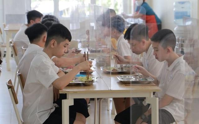 Muôn kiểu sáng tạo của trường học nhằm đảm bảo an toàn cho học sinh trong dịch COVID-19 - Ảnh 6.