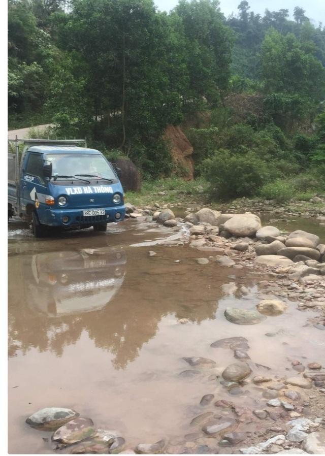 Quảng Bình: Băng rừng vượt suối tìm học trò sau kỳ nghỉ dịch COVID-19 - Ảnh 4.