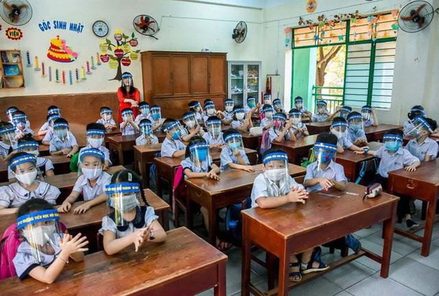 """Cho học sinh đeo tấm chắn giọt bắn trong lớp là vô tình làm """"hại"""" học sinh? - Ảnh 1."""