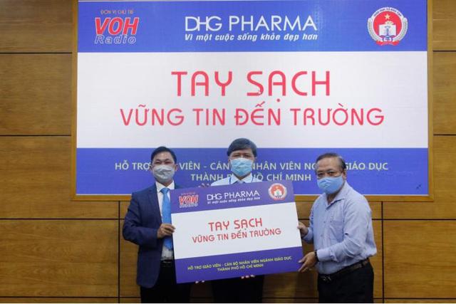 TP.HCM: Giáo viên tiểu học được DHG Pharma tài trợ gel rửa tay phòng dịch - Ảnh 2.
