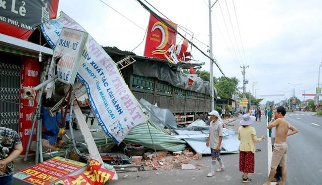 Ôtô tải đâm sập nhiều nhà dân lúc rạng sáng - Ảnh 1.
