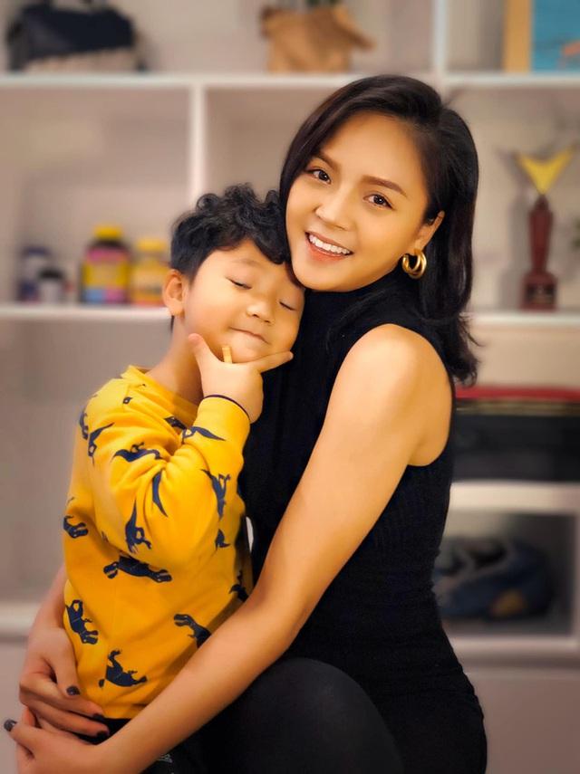 Những bà mẹ đơn thân mạnh mẽ của Vbiz: Thu Quỳnh, Phạm Quỳnh Anh có cú lột xác ngoạn mục nhưng đáng nể nhất vẫn là Hiền Thục - Ảnh 1.