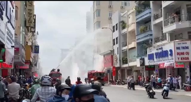 Cháy quán cơm giữa trung tâm Sài Gòn, 4 người bị bỏng - Ảnh 1.