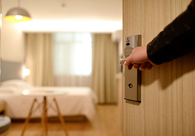 Bí mật đằng sau việc nhân viên khách sạn gõ cửa, xưng danh dù biết đó là phòng trống sẽ khiến bạn rùng mình - Ảnh 2.