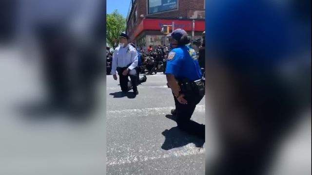 Cảnh sát Mỹ quỳ gối cùng người biểu tình - Ảnh 1.