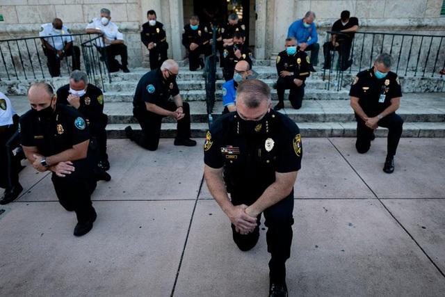 Cảnh sát Mỹ quỳ gối cùng người biểu tình - Ảnh 3.