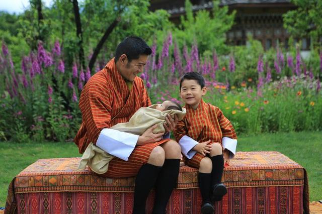 Hoàng hậu vạn người mê Bhutan chính thức công bố hình ảnh con trai thứ 2 mới sinh khiến dân mạng xuýt xoa - Ảnh 3.
