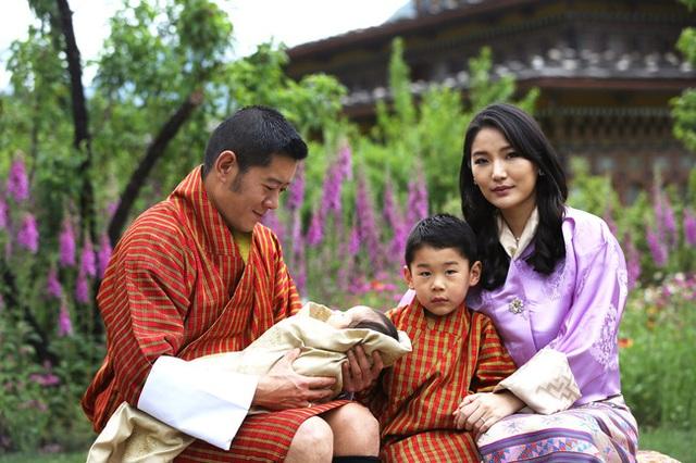 Hoàng hậu vạn người mê Bhutan chính thức công bố hình ảnh con trai thứ 2 mới sinh khiến dân mạng xuýt xoa - Ảnh 4.