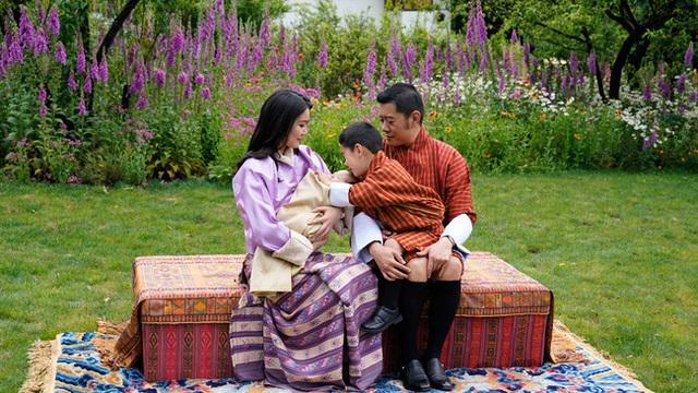 Hoàng hậu vạn người mê Bhutan chính thức công bố hình ảnh con trai thứ 2 mới sinh khiến dân mạng xuýt xoa - Ảnh 5.