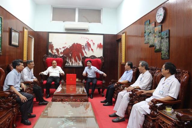 Thủ tướng Nguyễn Xuân Phúc thăm tướng tình báo Mười Hương - Ảnh 2.