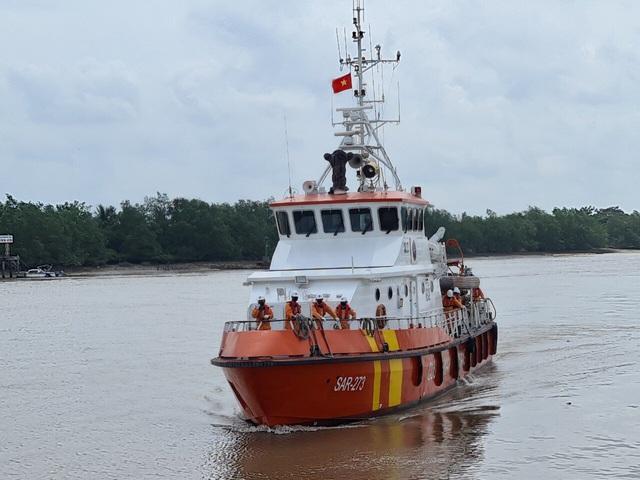 Hải Phòng: Tìm kiếm và đưa thi thể thuyền viên tàu cá bị đâm chìm vào bờ - Ảnh 1.